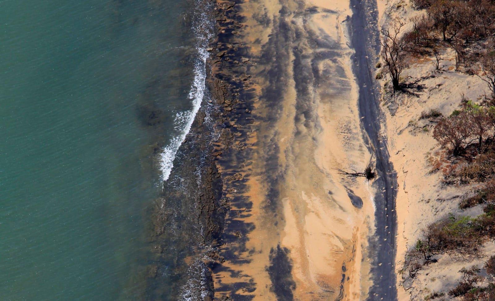 Kohlestaubverschmutzter Strand in Australien